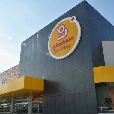 A maior loja da rede GBarbosa conta com revestimentos modernos e sem juntas
