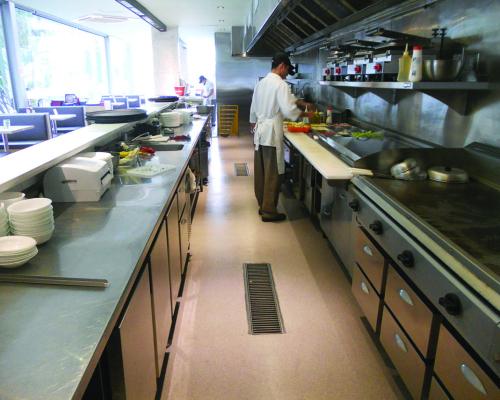Qual o revestimento ideal para pisos de cozinhas industriais?